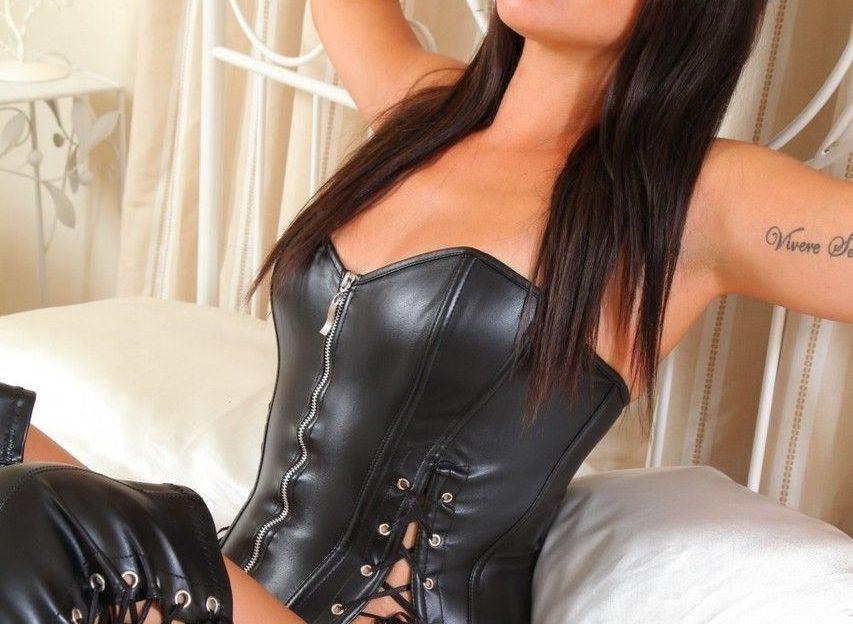 Hübsche junge Frau will von einem strengen Mann gefesselt und gefickt werden