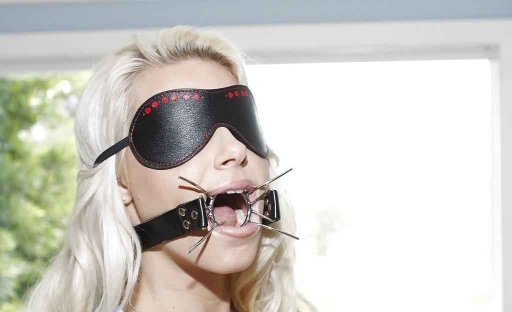 Mit der Maulsperre kann jeder Kerl in ihre Mundfotze bumsen