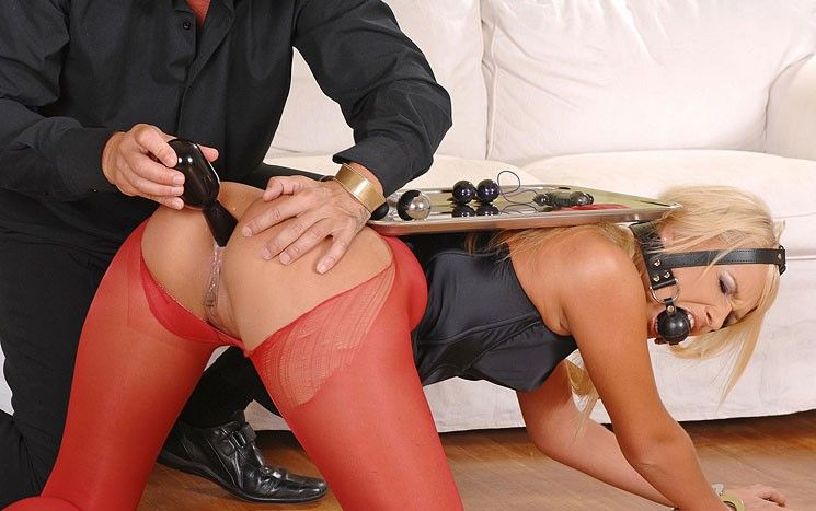 Seine Sex Sklavin steht ihm zu Diensten